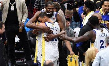 Curry y Durant fueron clave en la derrota de James.