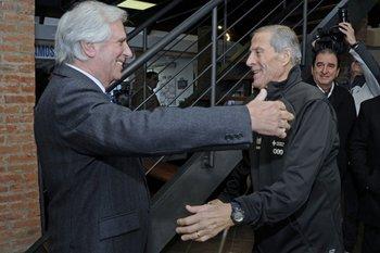 Vázquez fue al Complejo Celeste para entregarle el pabellón nacional a la selección