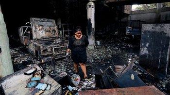 Según la versión de los bomberos y de los vecinos, la vivienda sufrió un incendio intencional.