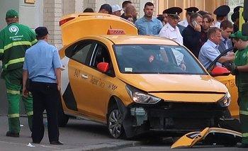 El auto se detuvo después de golpear una señal de tráfico.
