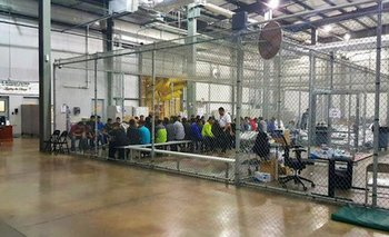 Las autoridades publicaron esta imagen de inmigrantes ilegales dentro de una gran jaula: los periodistas dijeron que vieron a niños no acompañados en condiciones similares.