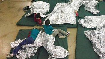 Muchos de los niños son separados de sus padres cuando cruzan ilegalmente a Estados Unidos.