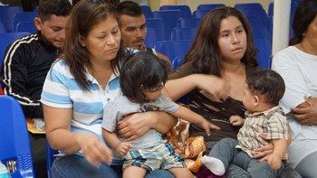 Las autoridades dicen que no separan a los padres de niños menores de cinco años