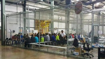 Las autoridades publicaron esta imagen de inmigrantes dentro de una gran jaula. Periodistas aseguraron que vieron a niños no acompañados en condiciones similares.