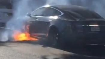 La empresa llamó a bomberos para que extinguieran el incendio en la planta de Tesla.