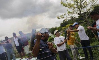 Hombres disparan morteros caseros en honor a Marvin López, de 49 años, quien murió durante los enfrentamientos con la policía
