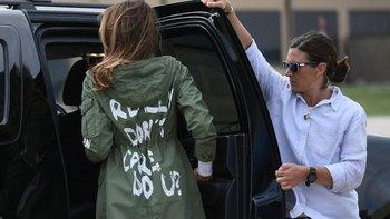 La primera dama utilizó la chaqueta al abordar el avión que la llevó a Texas y luego al regresar a Washington.