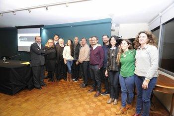 Ganadores de Series Uy junto a autoridades de las distintas instituciones involucradas y miembros del jurado.