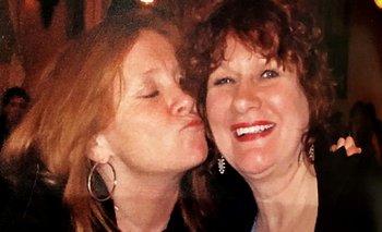 Sue junto a Wendy, una de sus mamás.