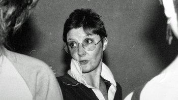 Susie dirigía un grupo de teatro juvenil. En la foto, Susie está en un ensayo.