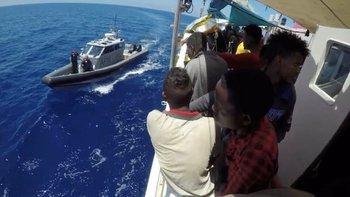 Fuerzas Armadas de Malta entregaron el sábado ayuda humanitaria al Lifeline, que está en aguas internacionales.