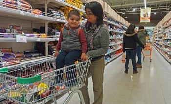 Luz Curin dice que no tiene otra opción a comprarle galletas a su hijo. nullMe lo obliga el mercadonull, asegura. Presionar el mercado es el objetivo de la ley.