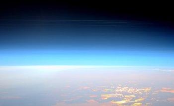 El astronauta británico Tim Peake fotografió en mayo de 2016 nubes noctilucentes desde la Estación Espacial Internacional.