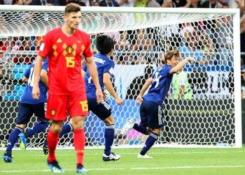 Takashi Inui festeja el segundo gol convertido para su selección.<br>