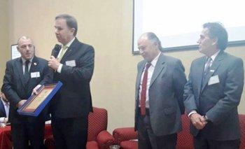 El Secretario General de la Anrtci, Mario Stefanoli recibiendo un reconocimiento de la AARCIB