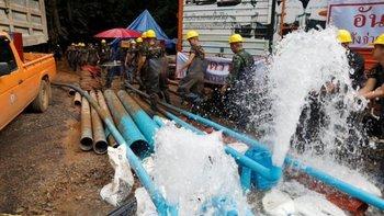Los rescatistas bombean agua de sectores de la cueva para facilitar el rescate en Tailandia. El gran temor es el impacto de las fuertes lluvias que se esperan en el norte del país, entre el 7 y el 12 de julio.
