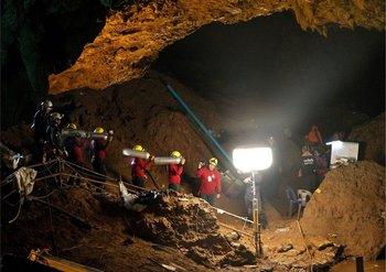 Los niños se encuentran a más de 3 km de la entrada de la cueva. Una posibilidad es que cuando los menores quisieron salir, la entrada estaba inundada y buscando otra salida se perdieron en la oscuridad.