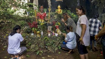 Familiares de los niños colocaron altares cerca de la entrada de la cueva