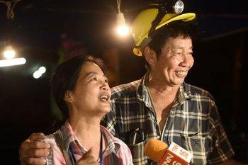 La alegría de algunos de familiares de los niños en Tailandia cuando fueron hallados