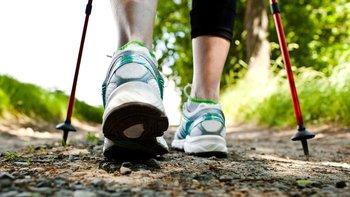 La marcha nórdica no afecta a las articulaciones más que caminar.
