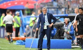 El DT de Uruguay, Óscar Tabárez, al costado de la cancha durante el partido contra Francia por cuartos de final
