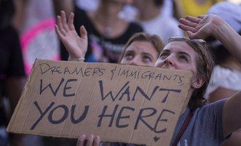 """Una mujer sostiene un cartel que dice """"Soñadores e inmigrantes, los queremos acá"""", en una manifestación en Los Ángeles a fines de junio"""
