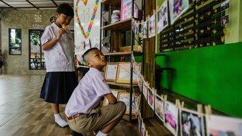 En la escuela de Adul, uno de los niños atrapados, sus compañeros rindieron tributo a los Jabalíes Salvajes.
