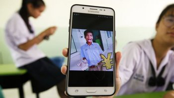 Un compañero de clase muestra en su celular una foto de Panumas Sangdee, apodado Mic.