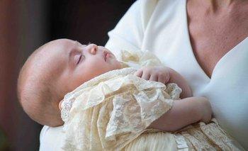 El príncipe Louis de Cambridge en los brazos de su madre