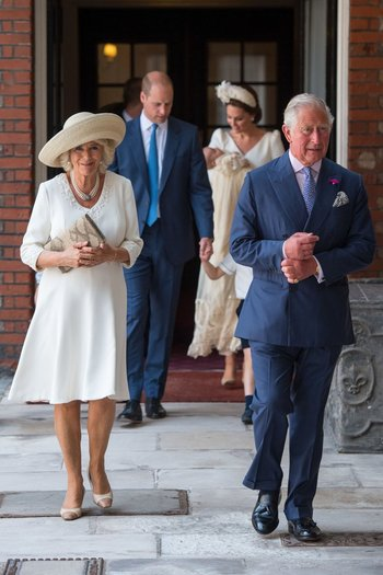 El príncipe Carlos y Camilla Parker Bowles, al frente, William, Kate y Louis de fondo