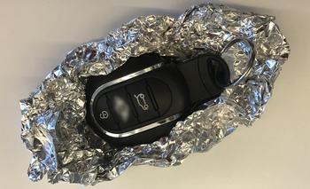 Un ladrón podría comprar una llave inalámbrica original y usarla para robar tu auto.