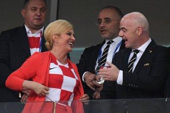 Kolinda Grabar-Kitarovic con el presidente de FIFA Gianni Infantin, durante el partido Croacia Rusia