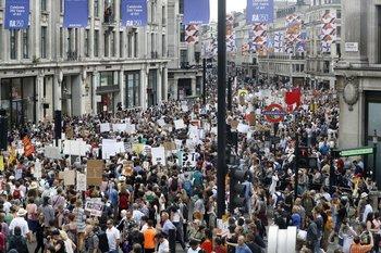 Miles de personas marcharon hacia Trafalgar Square para manifestar su oposición a la visita de Trump a Reino Unido.
