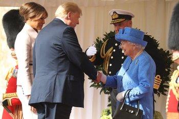 La monarca recibió a los estadounidenses en uno de los jardines del Castillo de Windsor.