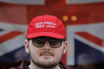 nullHacer grande a EE.UU. otra veznull, decía la cachucha de un hombre en Windsor.