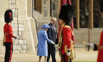 Como puede verse en la foto, Trump caminó por delante de la reina Isabel