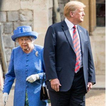 El presidente de EE.UU. incumplió con el protocolo cuando caminó por delante de la reina en el saludo a la Guardia.
