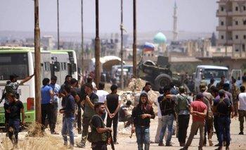 """Rebeldes sirios evacuaron Deraa, """"cuna"""" contra el régimen Bachar al Asad."""