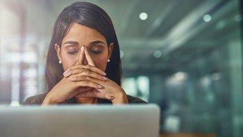 Mira hacia tu entorno: quizás las luces de tu sitio de trabajo y la pantalla de la computadora están causándote dolor de cabeza.