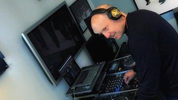 David Solomon se hace llamar DJ D-Sol en el mundo de la música electrónica.