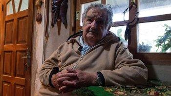 El expresidente uruguayo José Mujica donó casi el 90% de su sueldo a organizaciones de caridad. Según su declaración de bienes, tenía una finca, dos viejos autos Volkswagen nullescarabajonull y tres tractores.