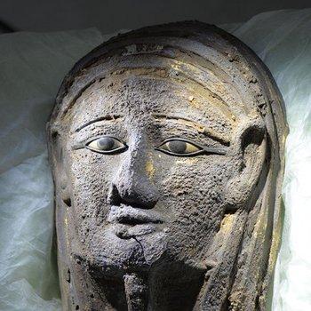 nullEl hallazgo de esta máscara es sensacional. Muy pocas máscaras de metal han sido preservadas porque la mayoría de las tumbas de dignatarios del antiguo Egipto fueron saqueadasnull, señaló el arqueólogo Ramadan B. Hussein.