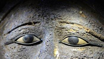 Los ojos son incrustaciones con una gema negra (posiblemente onyx), calcita y obsidiana.