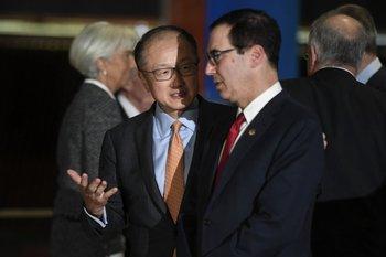 El secretario del Tesoro de EEUU, Steven Mnuchin (derecha) habla con el presidente del Banco Mundial, Jim Yong KIm luego de posar para la foto de familia del G20 de ministros de Economía. <br>