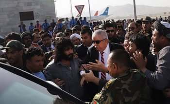 Abdul  Rashid Dustom se abre paso entre sus seguidores al llega al aeropuerto de Kabul. <br>