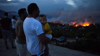 Los vecinos afectados por el avance del fuego esperan desolados poder regresar a sus viviendas.