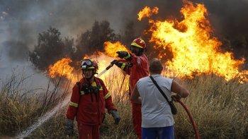 Cientos de bomberos combaten las llamas.
