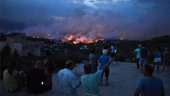 A los residentes que viven cerca del lugar del incendio se les ordenó desalojar sus casas.