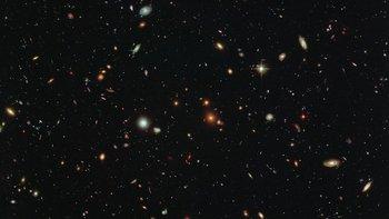Galaxias de diferentes edades y formas en una imagen obtenida con el telescopio espacial Hubble. El estudio puede ayudar a comprender el proceso de fusión de galaxias.