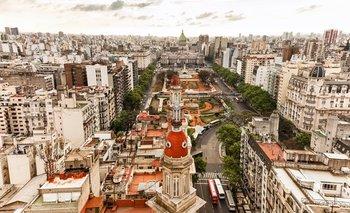 Las grandes avenidas, los cafés, las librerías y ese dejo europeo de Buenos Aires no siempre se ve en el resto del país.